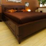 Provanso stiliaus miegamojo baldai pagaminti iš juodalksnio masyvo, beicuoti, lakuoti.