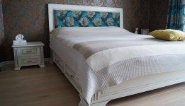 Miegamojo baldai iš juodalksnio masyvo, dažyti, sendinti patina. Galvūgalis dekoruotas gobelenu.